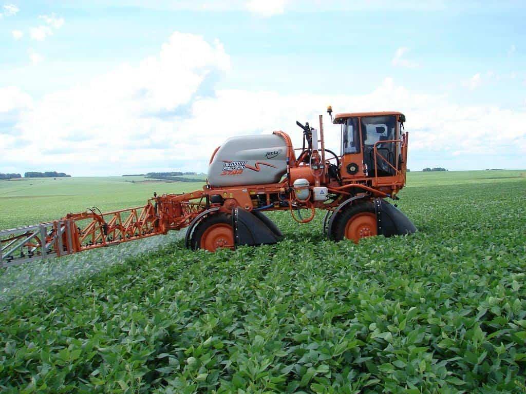 aplicação de defensivos agrícolas para combater a ferrugem asiática na soja