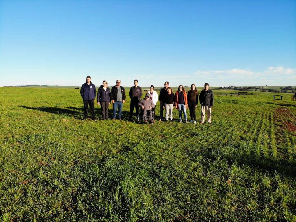 foto da família Müller reunida em um campo verde