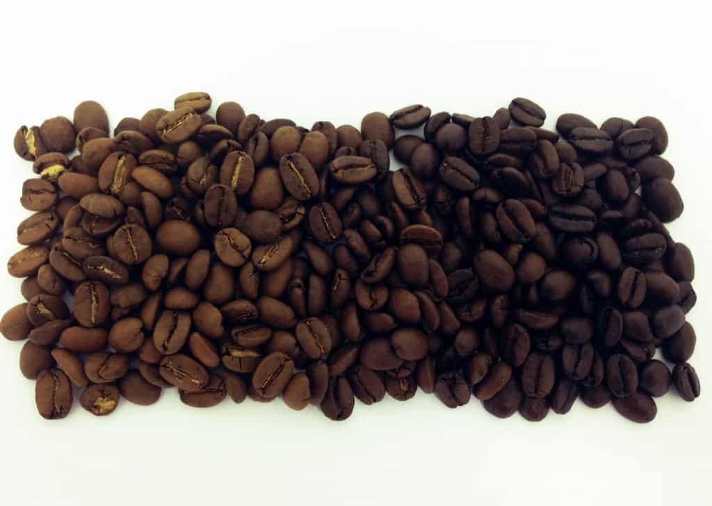 Foto de grãos de café apresentando pontos de torra do café, da clara para a escura
