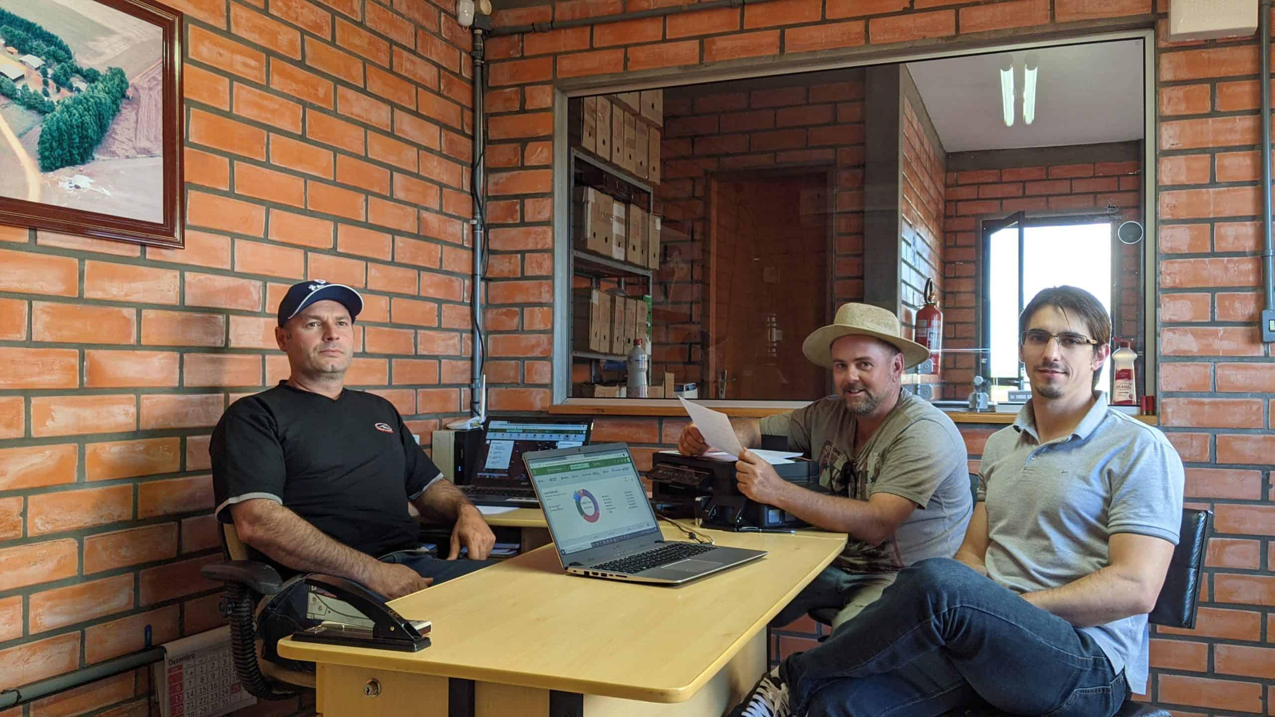 foto do colaborador da Granja Primavera, Divonei (à esquerda), o consultor Marcelo Zamberlan (à frente) e o agricultor Maurício