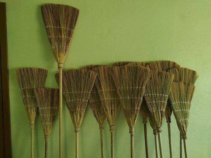 foto de vassouras fabricadas com panículas de sorgo