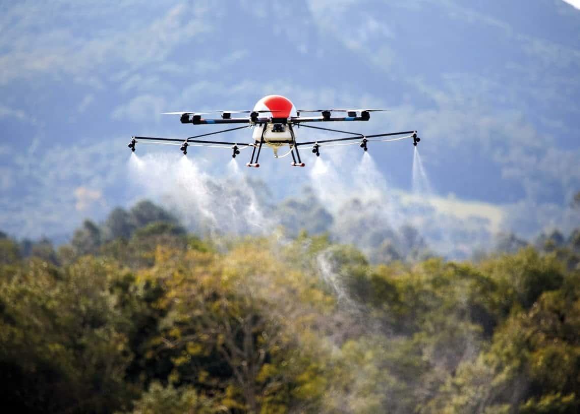 Operação com drone pulverizador do tipo pelicano