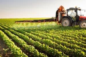 Na foto, máquina realiza pulverização de defensivos na lavoura de soja