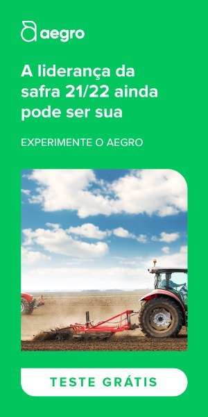 Banner de teste grátis do Aegro na cor verde com uma imagem no meio de uma máquina trabalhando no campo